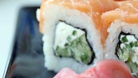 Japanse sushi op zwarte plaat 4k UltraHD-video stock videobeelden