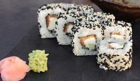 Japanse sushi op zwarte steen openlucht royalty-vrije stock afbeeldingen