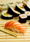 Japanse sushi. Tonijn, stokken op bamboeservet Stock Afbeelding