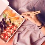 Japanse sushi vastgestelde nigiri en de sushibroodjes dienden met wasabi en gember, hoogste mening met het wapen van de vrouw royalty-vrije stock foto's