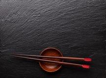 Japanse sushieetstokjes over sojasauskom royalty-vrije stock afbeelding