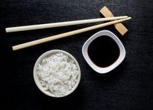 Japanse sushieetstokjes over sojasauskom royalty-vrije stock foto