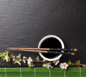 Japanse sushieetstokjes, sojasauskom en sakurabloesem stock afbeelding