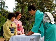 Japanse theeceremonie in tuin Stock Afbeeldingen