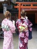 Japanse Tienerjaren in Fushimi Inari Stock Afbeelding