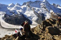 Japanse toeristen op Gornergrad in de Zwitserse Alpen royalty-vrije stock foto's