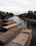 Japanse traditionele boten die aan de kant van kanaal parkeren royalty-vrije stock afbeeldingen