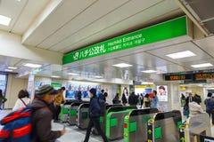 Japanse treinforenzen bij de Hachiko-Ingang in Shibuya-post Stock Foto