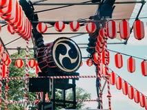 Japanse trommel Taiko op het stadium van Yaguro Document het rood-witte Landschap van lantaarnschochin voor de vakantie Obon stock foto