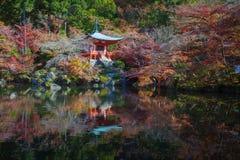 Japanse tuin in de herfstseizoen bij de Tempel van Daigoji van de werelderfenis Stock Foto's