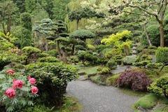 Japanse tuin in de zomer met steenpagode Stock Fotografie