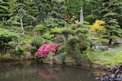 Japanse tuin in de zomer met steenpagode Royalty-vrije Stock Afbeeldingen