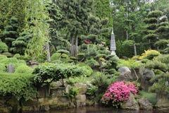 Japanse tuin in de zomer met steenpagode Stock Afbeelding