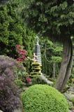 Japanse tuin in de zomer met steenpagode Royalty-vrije Stock Foto's