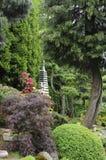 Japanse tuin in de zomer met steenpagode Royalty-vrije Stock Afbeelding