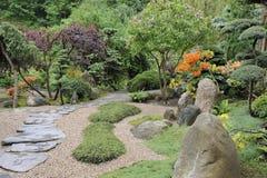 Japanse tuin in de zomer met steenweg Royalty-vrije Stock Afbeelding