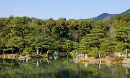 Japanse tuin met de meer en pijnboombomen Stock Afbeelding
