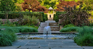 Japanse tuin met fontein en pool Stock Afbeelding
