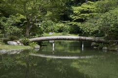Japanse tuin met vijver en brug Royalty-vrije Stock Afbeeldingen