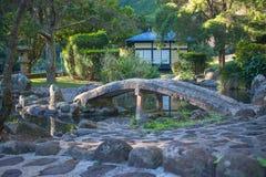 Japanse tuinbrug over een stroom royalty-vrije stock foto