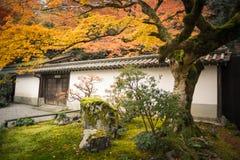 Japanse tuinstijl in de herfstseizoen royalty-vrije stock afbeeldingen