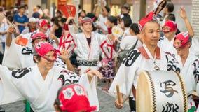 Japanse uitvoerders het dansen traditionele Awaodori dans in het beroemde festival van Koenji Awa Odori, Tokyo, Japan stock afbeeldingen
