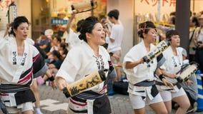 Japanse uitvoerders het dansen traditionele Awaodori dans in het beroemde festival van Koenji Awa Odori, Tokyo, Japan royalty-vrije stock foto's