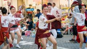 Japanse uitvoerders het dansen traditionele Awaodori dans in het beroemde festival van Koenji Awa Odori, Tokyo, Japan stock foto's