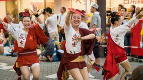 Japanse uitvoerders het dansen traditionele Awaodori dans in het beroemde festival van Koenji Awa Odori, Tokyo, Japan royalty-vrije stock fotografie