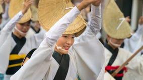 Japanse uitvoerders het dansen traditionele Awaodori dans in het beroemde festival van Koenji Awa Odori, Tokyo, Japan royalty-vrije stock afbeeldingen