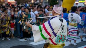 Japanse uitvoerders het dansen traditionele Awaodori dans in het beroemde festival van Koenji Awa Odori, Tokyo, Japan stock afbeelding