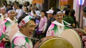 Japanse uitvoerders het dansen traditionele Awaodori dans in het beroemde festival van Koenji Awa Odori, Tokyo, Japan royalty-vrije stock afbeelding