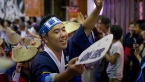 Japanse uitvoerders het dansen traditionele Awaodori dans in het beroemde festival van Koenji Awa Odori, Tokyo, Japan stock foto
