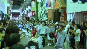 Japanse uitvoerders het dansen traditionele Awaodori dans in het beroemde festival van Koenji Awa Odori, Tokyo, Japan stock footage