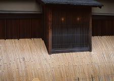 Japanse vensters en muren met de achtergrond van bamboestroken royalty-vrije stock fotografie