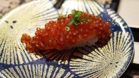 Japanse Voedsel van Salmon Roe Sushi Ikura Nigiri Close het omhoog