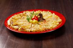 Japanse voedselclose-up Okonomiyaki. Stock Afbeelding