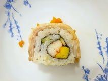 Japanse voedselstijl, Hoogste die mening van het broodje van de Sushizalm met zalmeieren wordt bedekt op witte plaat royalty-vrije stock afbeelding