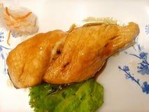 Japanse voedselstijl, Hoogste mening van geroosterd zalmlapje vlees met teriyakisaus royalty-vrije stock afbeelding