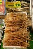 Japanse voedselvertoning op een markttribune Droge pijlinktvis royalty-vrije stock afbeelding