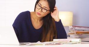 Japanse vrouw die belastingen doen stock afbeelding