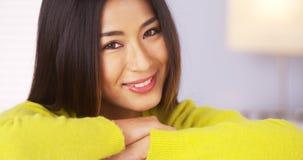 Japanse vrouw die bij camera glimlacht royalty-vrije stock afbeelding