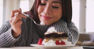 Japanse vrouw die cake thuis eten royalty-vrije stock afbeeldingen
