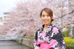 Japanse vrouw die kimono dragen Royalty-vrije Stock Afbeelding