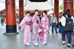 Japanse vrouw die traditionele Japanse Yukata dragen Royalty-vrije Stock Afbeelding
