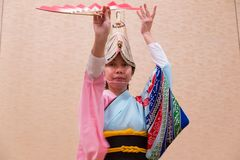 Japanse vrouw die in Japanse traditionele kleding lokaal DA uitvoeren Royalty-vrije Stock Fotografie