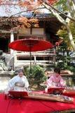 Japanse vrouwen die traditionele koto spelen Stock Foto's