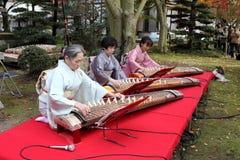 Japanse vrouwen die traditionele koto spelen Royalty-vrije Stock Foto