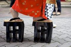 Japanse vrouwen die traditionele zorischoenen dragen Stock Afbeeldingen
