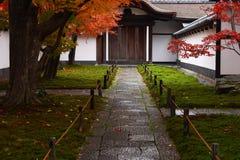 Japanse weg in een tuin Stock Afbeeldingen